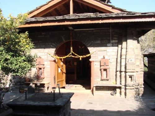 храм Кришны с очень старым мандариновым деревом во дворе