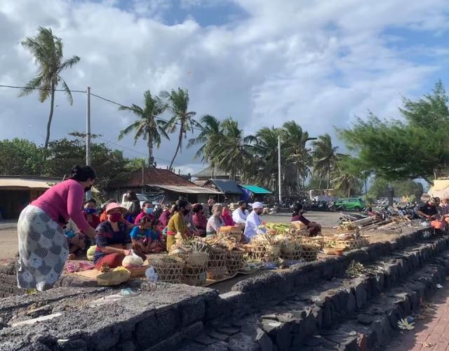 в один из моих приездов проходила церемония в храме при пляже.