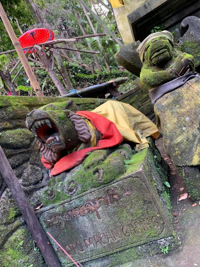 лесной алтарь местный, не смотря на то, что монастырь буддийский