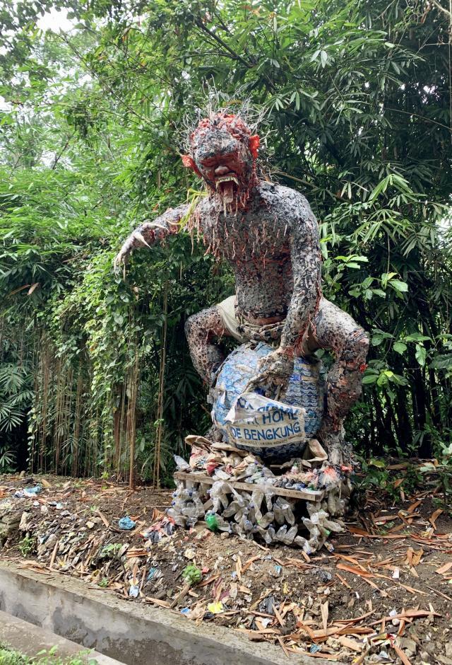 Встретила мусорного монстра по дороге