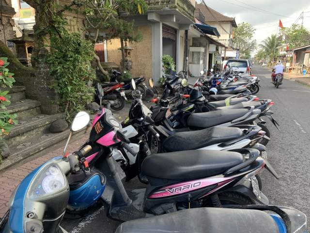 утром перед домом настоящая парковка. Какая то церемония проходит в ближайших окрестностях