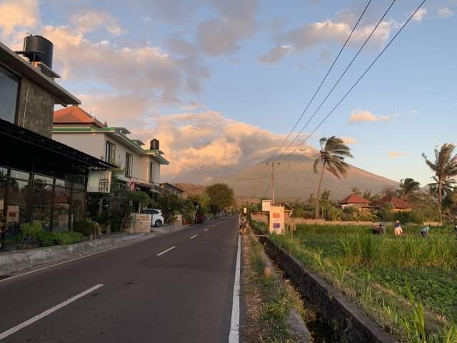 и в сторону вулкана