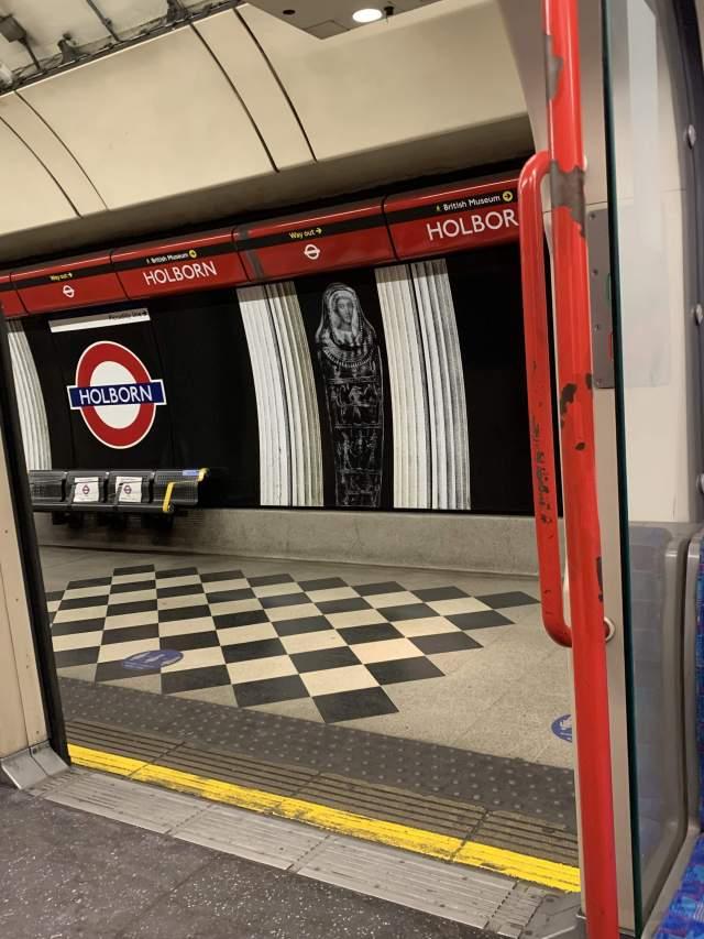 одна из самых туристических станций метро в час пик😢