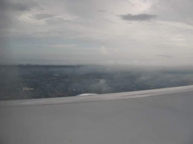 Из дождевых облаков показалась филиппинская столица Манила. А ничего так - большая!