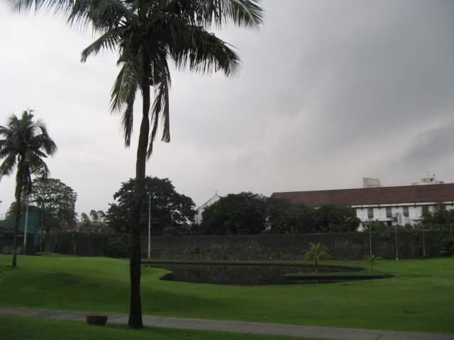 Стены Интрамурос и парк подле них