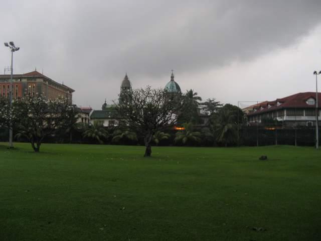 Парк, стена и Кафедральный собор Манилы