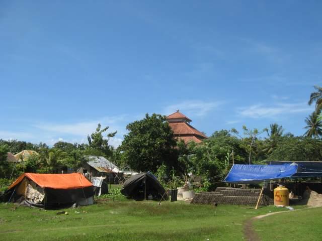 Возле мечети в центре посёлка