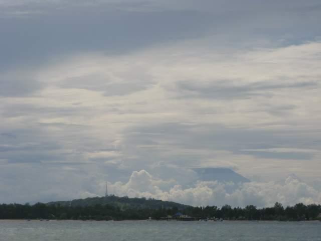 Холм на Гили-Ти и Тень Ринджани позади