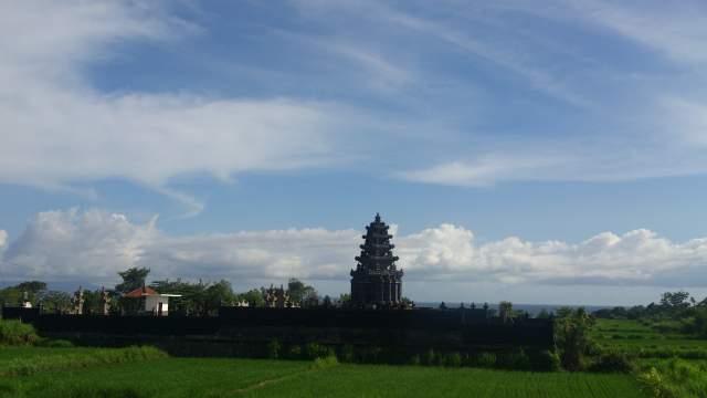 Это Бали, тут всяко больше индуистских строений, чем на Ломбоке
