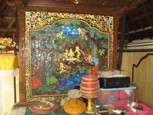 Индуистский алтарь во внутреннем дворе гестика