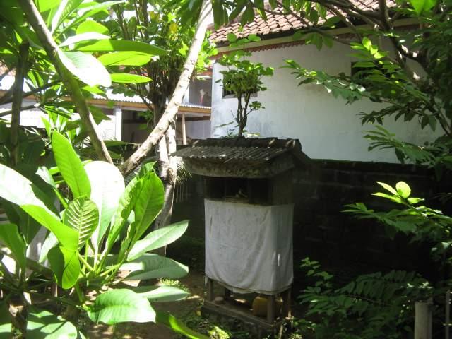 Алтарь на выходе из двора