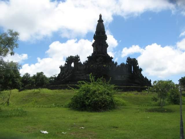 Это был Monumen Taman Mumbul