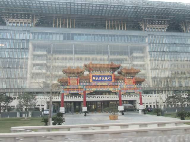 Подъезд здания в китайском стиле... Извиняюсь за качество, но другого нет(((