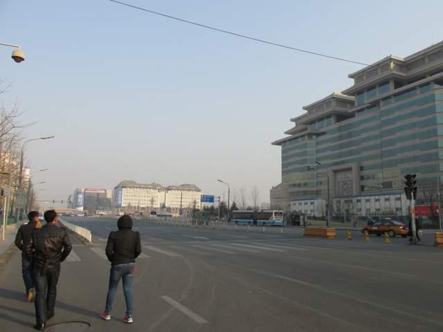 Вышли из автобуса. Первые шаги по китайской столице...