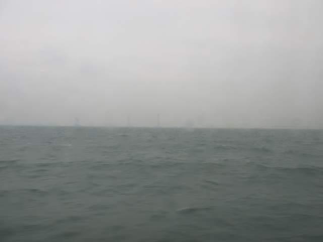 Вдалеке - опоры строящегося моста Макао-Гонконг