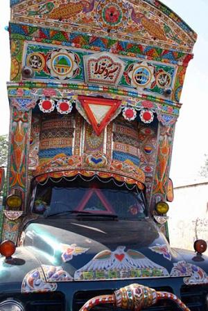 Грузовик в Пакистане больше, чем просто грузовик - это понимаешь сразу, как только оказываешься на любом местном шоссе. Грузовик - это царь дороги