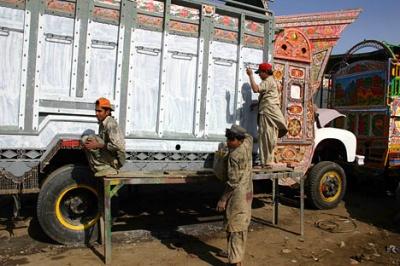 """Одним из главных центров такого """"тюнинга по-пакистански"""" считается город Равалпинди. Работа над груховиком может занимать 2 месяца"""