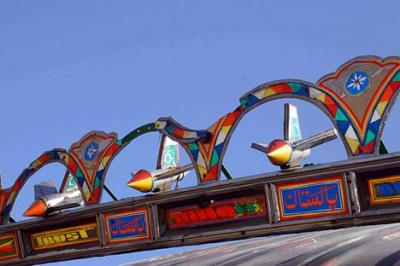 """В последнее время особенно популярны маленькие """"самолеты-истребители"""" на крыше кабины пакистанского грузовика"""