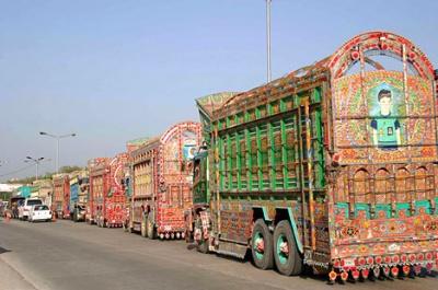 """Колонна грузовиков, направляющихся из Равалпинди после """"процедуры украшения"""" - это сильное зрелище"""