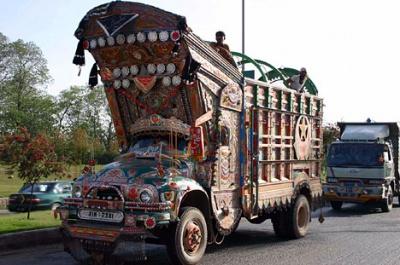 """Богатство украшений грузовика напрямую связано с состоятельностью его владельца: такой """"тюнинг"""" может обойтись в более чем тысячу долларов"""