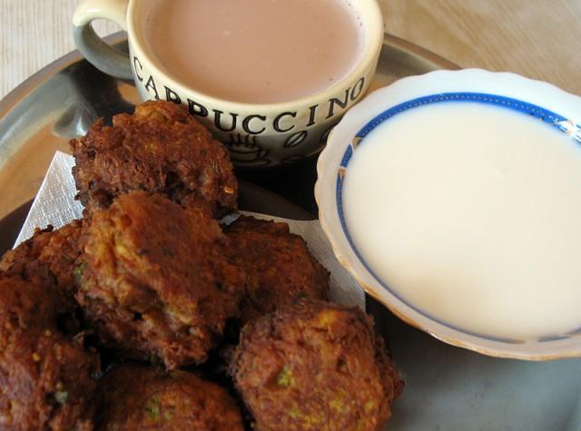 Гаджар вада, кефир и... не капуччино, как написано на чашке, а - масала-чай.