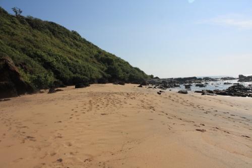 дикий пляж за грядой камней в Голубой лагуне Колы