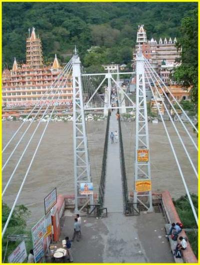 Ришикеш. Мост Лакшман-джула. Видны ашрамы на другой стороне матери Ганги
