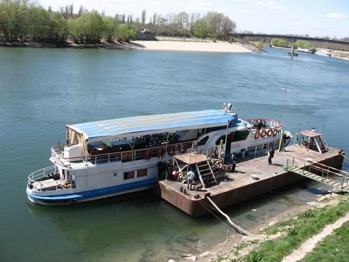 это центр столицы Приднестровья, набережная реки Днестр. апрель