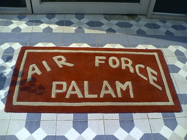 - коврик на военном аэродроме Палам, Дели... за такие фотки в советкие времена могли и выслать из страны...