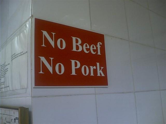 - такая надпись - нет свинины, нет говядины обязательно должна находится во всех точках фаст фуда в Индии...