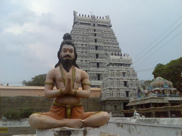 Статуя йога на территории Храма