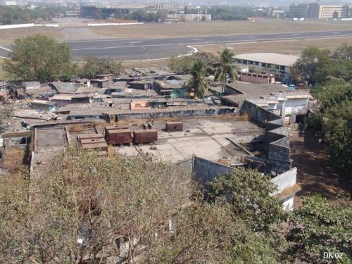 Так живут Мумбаи близ ерапорта. Вот он дух свободы. Вид опять с крышки отеля.
