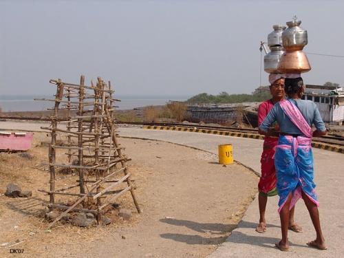 Знойные бабушки с чаниками на головах нежно (за 100 рупий) встречают Вас на о.Элефант. Welcome!