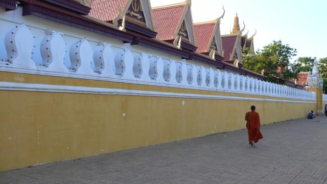 Пном Пень. Silver Pagoda. Монах