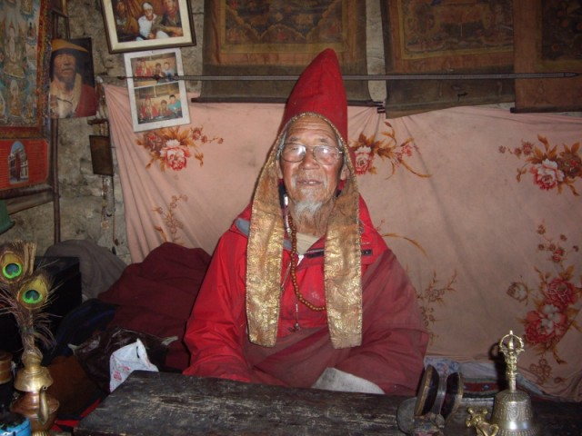 Настоятель монастыря напротив пещеры Миларайпы(90лет)