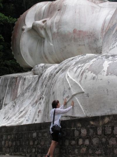 Самый большой во Вьетнаме лежачий Будда. 49 метров. Испахабили его экскурсиями. Исписали всего корейские и русские туристы. Жаль.