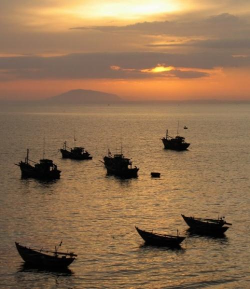 МуиНэ. Рыбацкая деревня. Каждый вечер на закате люди приходят и смотрят на море и солнце. Почти вся деревня выходит провожать солнце.