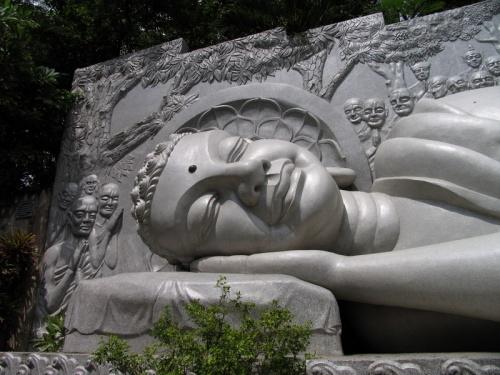 НЧ Будда у Лонг Сонг пагоды, спрятанный на горе по дороге, к другому Будде, сидящиему на цветке лотоса