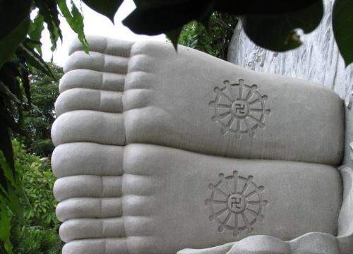 Будда у пагоды Лонг Сонг