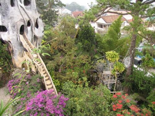 Из дома в дом ведет множество переходов, некоторые переходы спускаются в сад