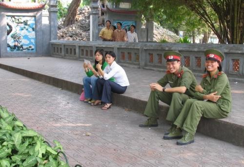 Улыбчивые военные в Ханое