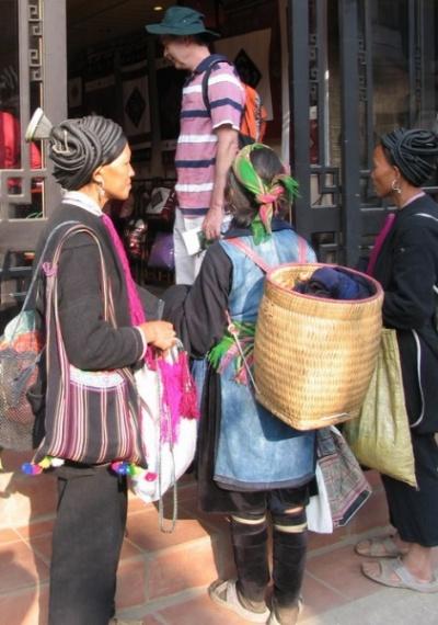 Редкие гости Сапы. Очень замкнутое племя. Но приходят торговать для туристов.