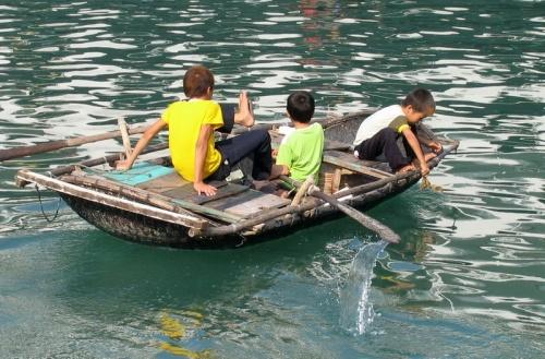попросить манетки у туристов приплывают юнные местные жителя. А живут они в деревнях на воде, дома строят на бочках.