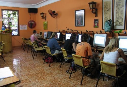 Интернет кафе. На стене табличка 5000VND за час. Это около 10 рублей.