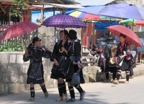 """Девочки хмонги используют """"блага"""" цивилизации-зонтики и шлепки"""