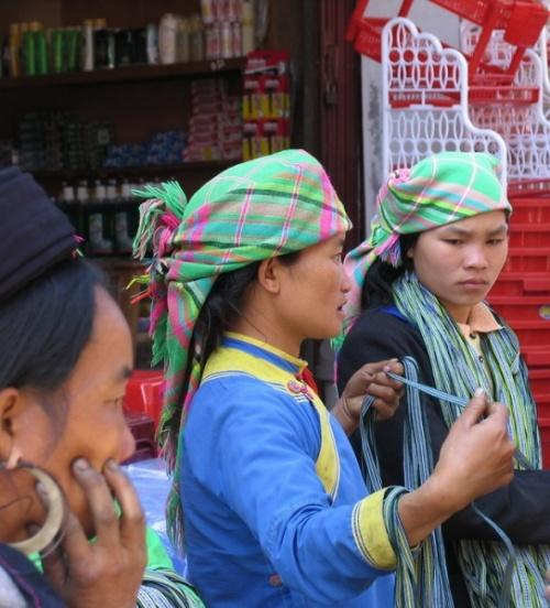 Цветочные Хмонги торгуют разной тесьмой