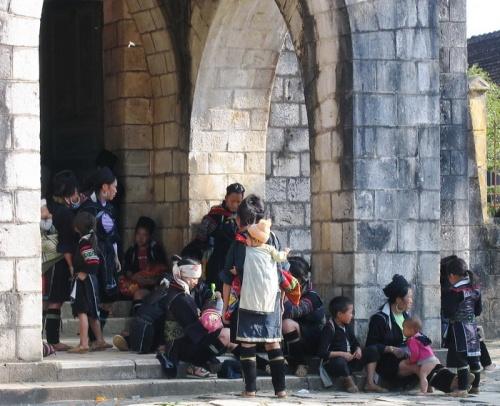 Хмонги отдыхают у католической церкви