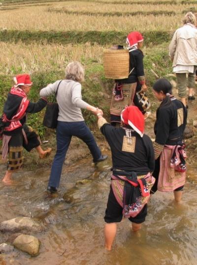 Вот так помогают французам перейти реку женщины Дзао