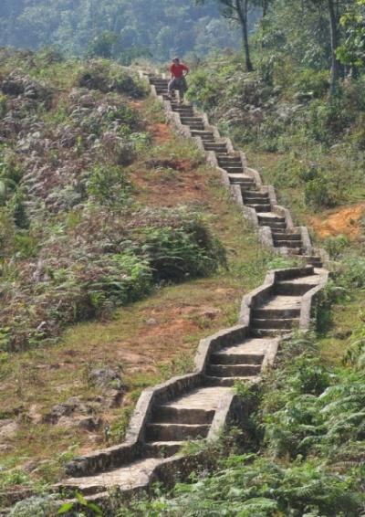 Вот такие дороги-лестницы для туристов вокруг Кат Кат