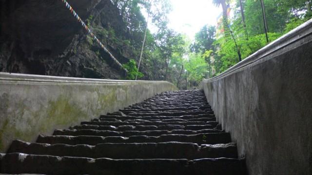 Вниз, в «кратер», спускается каменная лестница